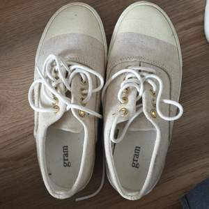Supergulliga beiga skor, i tyg men robusta!