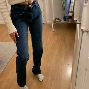 Säljer dessa slutsålda trendiga jeans från Zara 💕 Buda i kommentarerna 💕 Köp direkt för 350 inklusive frakt 💗 obs lånad bild!!!