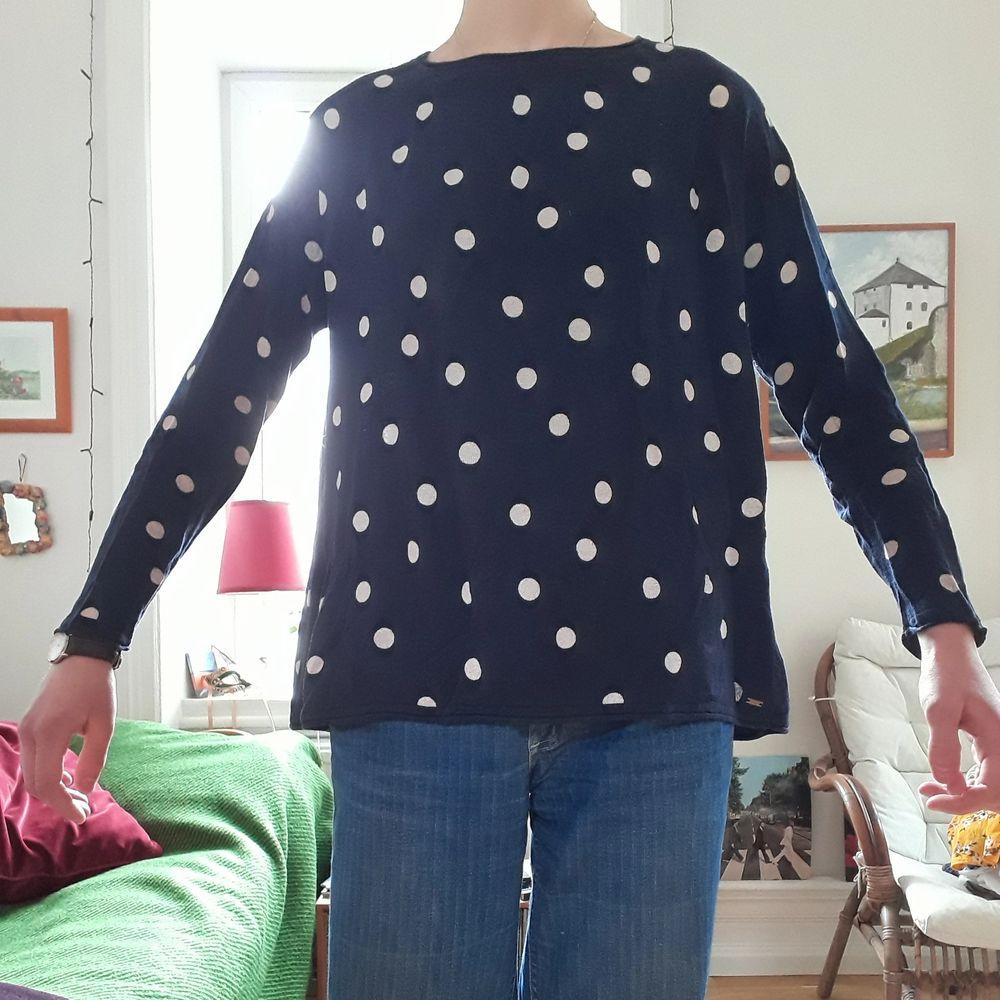 En tunn, luftig, långärmad tröja från LINDEXs kollektion HOLLY & WHITE. Personligen tycker jag det är en av de skönaste plaggen jag har, men säljer pga att det inte är min stil, då jag fick den av en kompis. Använd ett fåtal gånger. Material: 51% bomull, 49% viskos. På tredje bilden ser man att den är veckad i ryggen. . Tröjor & Koftor.