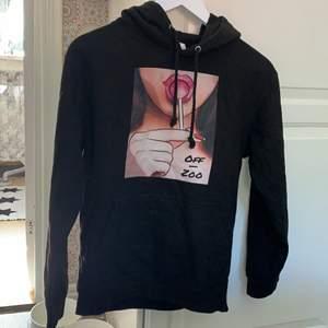 Mycket snygg hoodie från Off Zoo endast använd 5 gånger🤍 Nypriset låg på 600 & mitt pris är 100kr + frakt. Billigare vid snabb affär 🎉