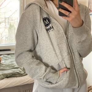 En lite oversized grå zip hoodie som knappt är använd och fortfarande väldigt mjuk på insidan. Jag brukar vanligtvis ha storlek S :) (Frakt tillkommer på 66kr)