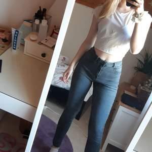Jättesnygga mörkgråa jeans i modellen MOLLY, storlek 38, köpta nya på Gina Tricot. Mycket sparsamt använda. 💕 Då dem var lite för stora för mig i midjan sydde jag dit ett elastiskt band, därför är det lite