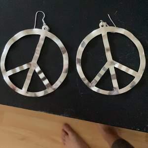 Säljer dessa örhängen som inte kommer till andvändning alls dm för frakt❤️