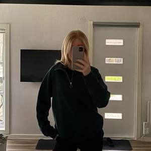 En grön snygg sweatshirt med dragkedja från lager157, köpt på herravdelningen💚 använder ej längre och den är i ett fint skick💚