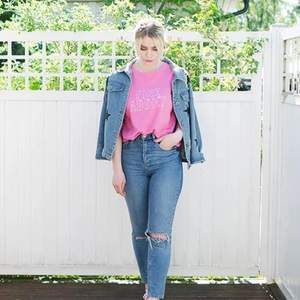 Rosa t-shirt med texttryck från Mango, storlek S.