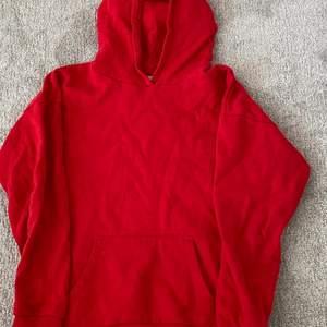 Mysig röd hoodie från Lindex. Sälja pga att den inte kommer till användning. Endast använt ett fåtal gånger