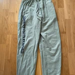 Gröna mjukis byxor från prettylittlething, knappt använda men har blivit lite noppriga mellan benen ( se bild ovanför)