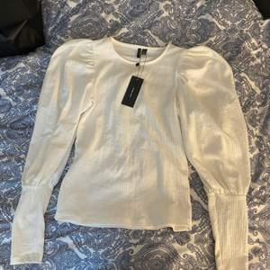 En vit blus från vero moda, oanvänd, storlek S, Köpt för 270kr, köparen står för frakten💓 (återkommer med fraktpriset när den ska skickas)💓