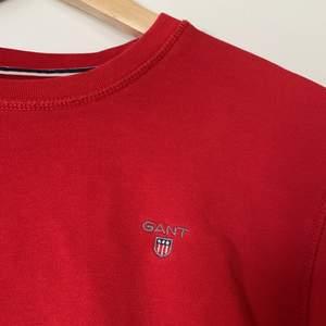 """Superfin sweatshirt i rött från Gant. Har ingen speciell storlek men i tröja står det """"170 cm, 15 years"""". Passar även mig som är 173 och 17 år! 💕"""
