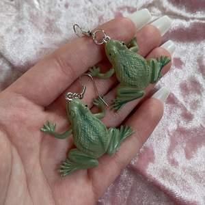 Säljer detta super söta paret grodörhängen! Helt nya alltså inte använda! GRATIS FRAKT❗️