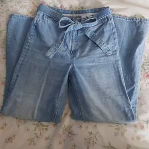 Så fina vida jeans med jeans skärp man kan knyta hur man vill! Super bra skick! Säljer pga att de är för små. Är 171 o slutar 9 cm över ankeln för mig🌿). Har en pytteliten prick på låret