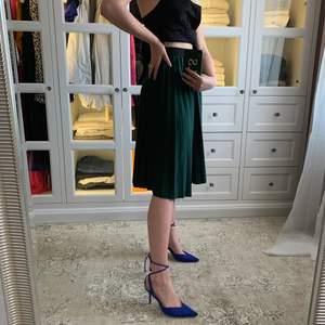 Superfin somrig kjol köpt i en liten butik i Paris. Använd 1-2 gånger, som i nyskick💚 Frakt tillkommer på 66kr