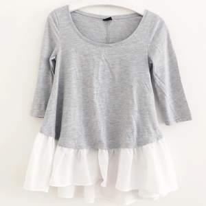 Härlig tröja med volang, supersöt!! Köparen står för frakt 📩 3 FÖR 100 KR PÅ MIN SIDA JUST NU! 🌟