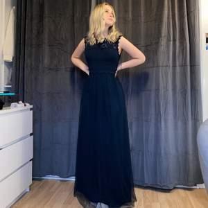Säljer min sjukt fina balklänning som aldrig fick användas. Helt ny alltså. Perfekt för er som behöver en klänning till balen eller kanske ska på ett bröllop! 💙🦋 nypriset är 550 kronor! Jag är 165 cm lång så passar nog bra för er runt den längden kanske 170 cm och neråt! Står ej för frakten! Marinblå ☺️