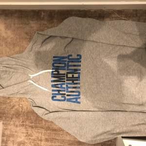Den här champion hoodie är i bra skick och har inga problem