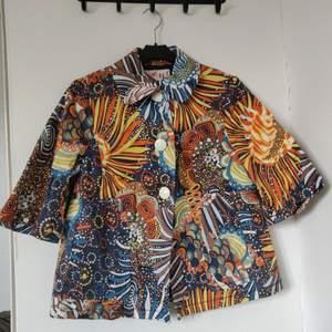 Super härlig och färgglad skorta/jacka som jag knappt har använt. Ställ gärna frågor 🥰