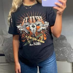 Cool t-shirt med tryck🦋💗 köpt i vintage butik!