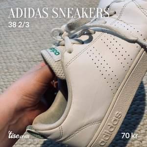 Sneakers i använt skick. Storlek 38 2/3