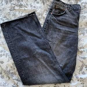 """""""The 90's full lenth mid rise"""" jeans från zara. Superfina jeans som är lite för stora i midjan för mig. De är långa och passar dom flesta i längden."""
