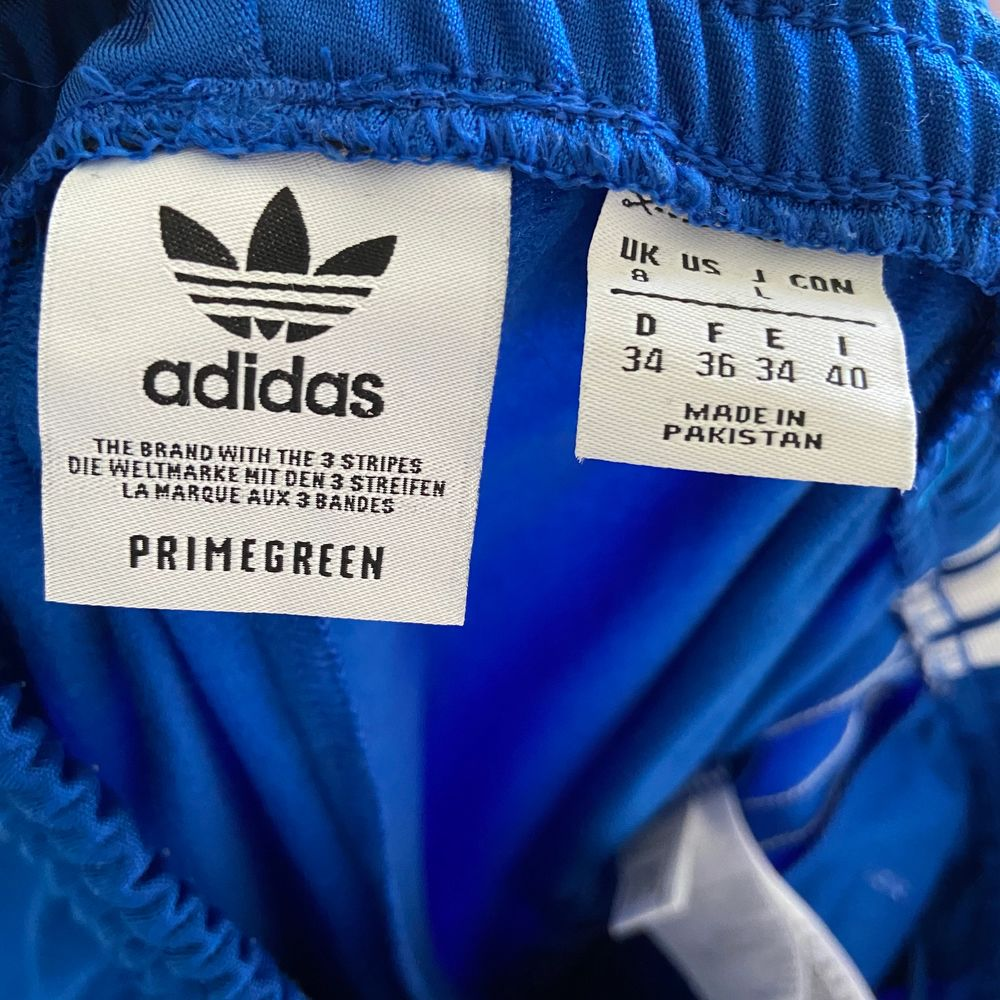 Sköna adidas byxor storlek 36. Har kedja längst ner så man kan ha slits där ner. Använda typ 2 gånger så dem är som nya. Frakt 66kr spårbart . Jeans & Byxor.