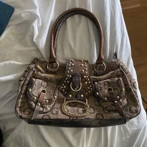 Min mammas gamla väska från guess så vet ej om den e äkta, får ej användning för den så säljer därför, den är 20x40 cm så ganska bra storlek så man får plats med grejer🤎👜🤎👜🤎👜🤎