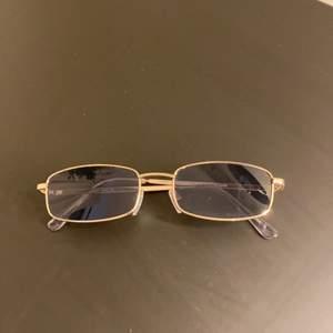 Sälja dessa coola solglasögon. Endast använda 1 gång, bra skick. Frakten ingår ej