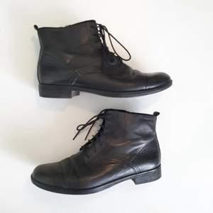 såå fina pippi långstrumpiga skor från vagabond! lite använda men fint skick🌻 diskret dragkedja på insidan, vääldigt bekväma å har snörning fram så man kan få dom tighta/lösa som man vill! märkta 36, passar mig som e lite mellan 36/37 bra :-)
