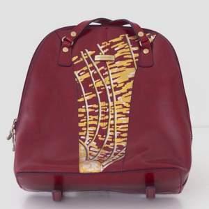 Superfin liten ryggsäck i rött läder! Handmålad i metallic med färger som fäster på läder. Randig inuti. Frakt ingår!