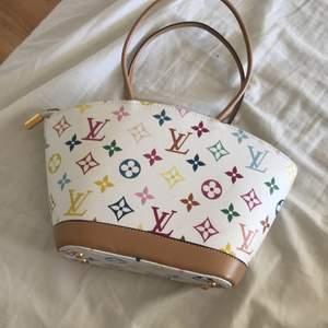 En louis Vuitton handväska. En medium stor handväska. Bra med utrymme, inga fickor i väskan bara ett enda fack.  {Väskan har inte Använts, alltså nyskick}