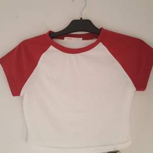 Swag baseball tshirt! Jag har använt fåtal gånger då jag endast använt den för TommyInnit cosplay :) Den är lite see through men om man har ett linne under så är det ingen fara! Size small :)