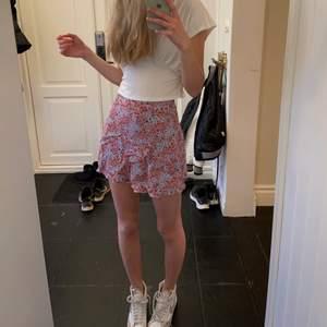 Ljusblå/rosa blommig kjol! Älskar denna kjol men tyvärr  är den för kort för mig, jag är 175cm. Fint skick.