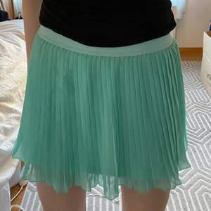 Turkos plisserad kjol från Zaras barnavdelning. Storlek 152 motsvarar XS. Skick 10/10. Köparen står för frakt💕