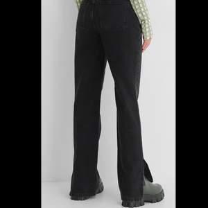 Väldigt långa jeans, jag är 175cm och det går ner till marken på mig! Storlek 40/M