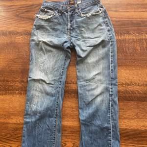 Intressekoll på dessa asballa von dutch jeans! Bra skick men slitet på många platser främst fickorna men d är d som ger de den coola wearen! Har gått på dom på botten så lite slitna där oxå se bild 3. Skriv för fler bilder eller om du har någon fråga!