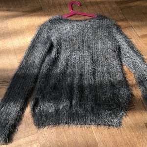 Världens gosigaste tröja som är superlång och skön att ha på sig!🧸 Den glittrar lite