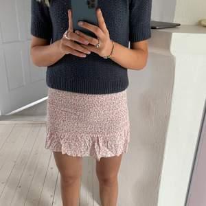 Säljer denna fina kjol från bikbok i storlek S, men skulle säga att den passar all från XS-L. Den är använd endast en gång och jag säljer den då den aldrig kommer till användning tyvärr. Betalning sker via swish och köparen står för frakten! Hör av dig om du är intresserad🦋