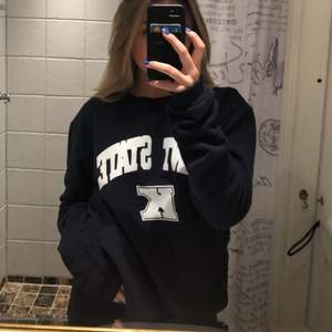 Marinblå sweatshirt men vitt tryck i storlek M. Endast använd tre gånger så säljer då den inte kommer til användning. Köparen står för frakten💘
