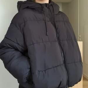 Så snygg svart cropped pufferjacket från Monki! Köpt för 500kr. Skickar gärna fler bilder och köparen står för frakten som tillkommer på 66kr 💌