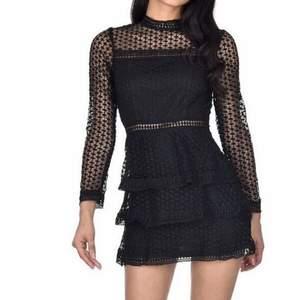 Svart snygg festklänning. Spets/virkat tyg. Från AX Paris.