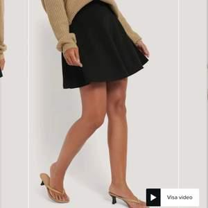 Säljer denna fina svarta kjol! Väldigt fint skick!! köparen står för frakt💕 st 152 tror jag men STOR i storlek så den sitter som Xs men skl säkert passa en lite mindre S också! Buda i kommentarerna eller kom privat (pris kan diskuteras!!)