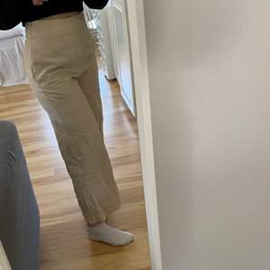 Vida beiga byxor. Om man vill ha full längd bör man vara ungefär högst 160-162cm (jag på bilden är 163)
