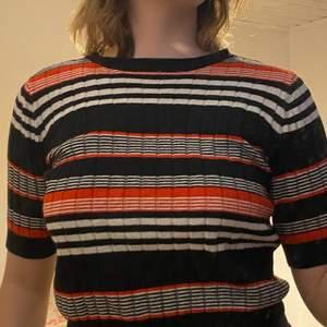 fin stickad tröja, köpte den på myrorna men den är originellt från monki. fint skick men använd ett flertal gånger.