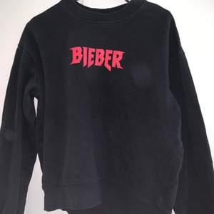 Passar strl S-M , snyggt oversized på xs. Inte så använd, Justin Bieber X hm sweatshirt.