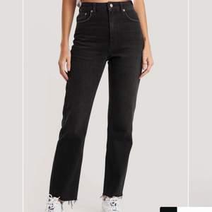 Säljer mina jättefina jeans i storlek 34 från NA-KD. Byxorna passar mig bra som har storlek S och bra i längden för mig som är 168cm. Jeansen är använda men utan skador eller synliga missfärgningar. Ny priset ligger på 519kr. Säljer dem pågrund av att jag nästan har ett par likadana därför kommer inte dessa till användning. Hör av dig vid intresse eller fler frågor:) Köparen står för frakten!
