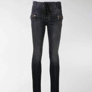 Säljer dessa sjukt coola och oanvända jeans från unravel procejt, köpta på Farfetch för 5.500kr
