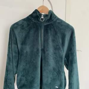Super mysig och mjuk tröja från Hollister. Bara använd ett fåtal gånger. Storlek XS men passar också S. Bra skick. Frakt kostar 66kr.