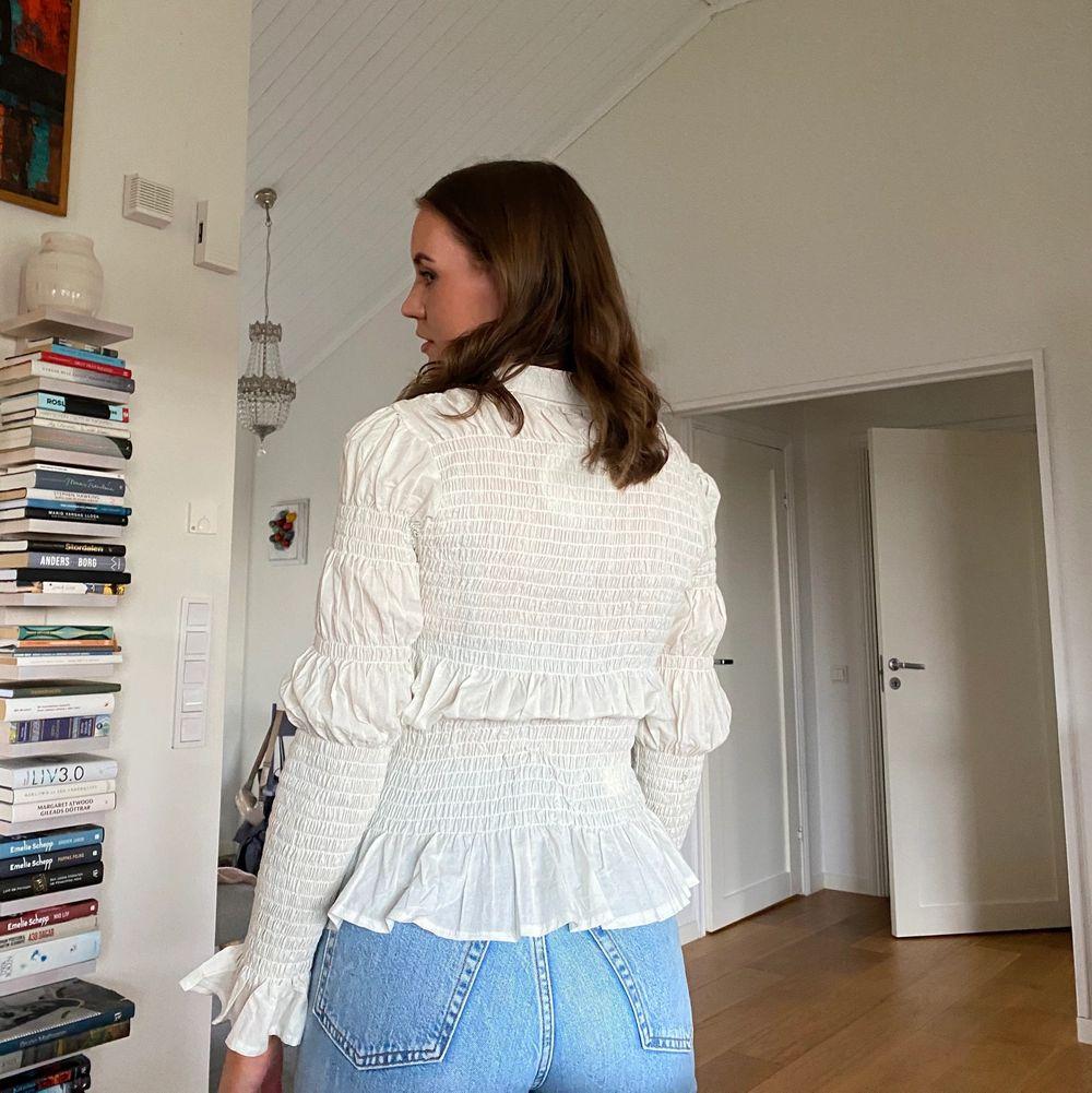 Jättefin blus/skjorta från Boohoo i krämvit i storlek 36💕💕. Toppar.
