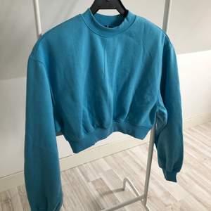 En superfin blå croppad tröja som jag köpte för några veckor sen från hm! Dock tycker jag inte riktigt den passar mig så jag väljer att sälja den istället för att den ska skräpa i garderoben 😁
