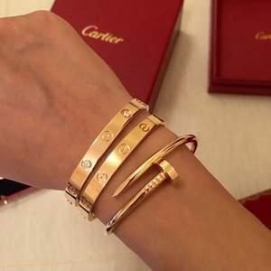 Säljer detta fina cartier armband. Det är det guldiga med stenar. 26cm i omkrets. Skriv för mer frågor kopia