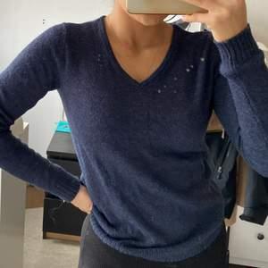 Marinblå tröja från Vila. Inköpt för 3 år sedan, så i använt skick. I storlek XS men passar nog en med S också. Säljer pga att jag inte använder den längre.